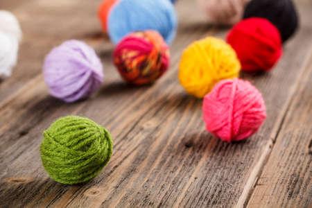 Color de ovillos de lana para hacer punto Foto de archivo
