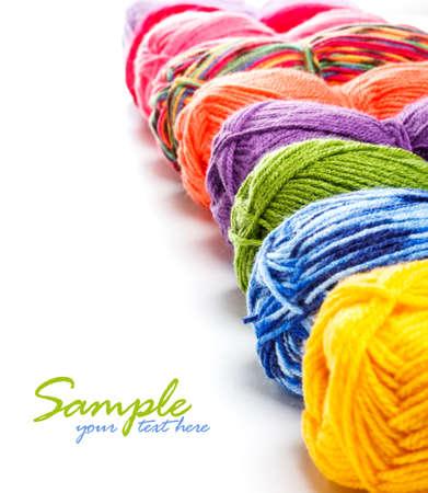 gomitoli di lana: Filati multicolori in una riga con lo spazio per il vostro testo Archivio Fotografico