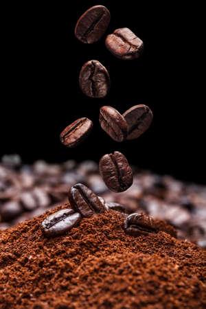 Caída de los granos de café tostado marrón Foto de archivo