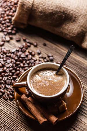 Teplá šálek kávy na rustikální dřevěný stůl