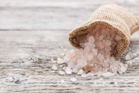 黄麻布の袋でヒマラヤ ピンク塩 写真素材