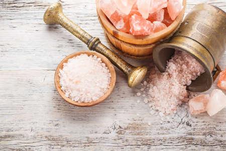 在研缽中喜馬拉雅鹽 版權商用圖片