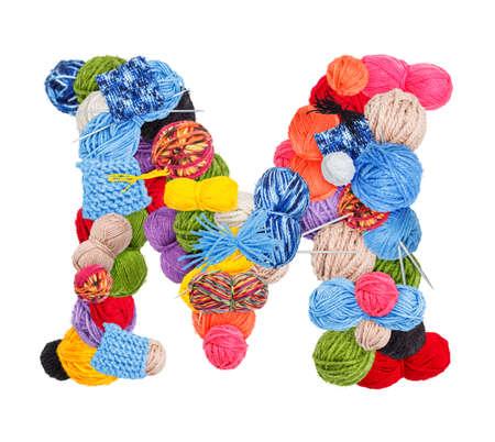 gomitoli di lana: Lettera M fatta di filati per maglieria isolato su sfondo bianco
