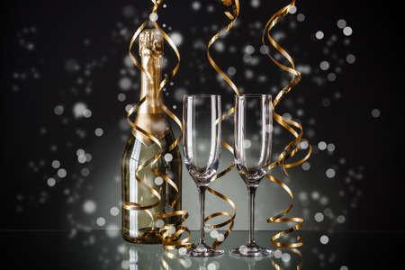 brindisi spumante: Bicchieri e bottiglia di champagne con sfondo di festa Archivio Fotografico