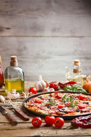 Heerlijke Italiaanse pizza geserveerd op een oude houten tafel Stockfoto