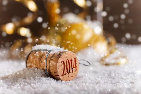 Corchos de Champán con el sello de 2014 años en la nieve Foto de archivo
