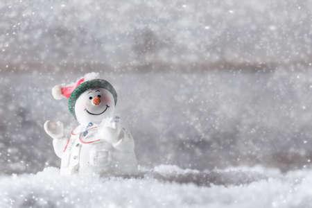 Decoración de Navidad, muñeco de nieve en la nieve médico