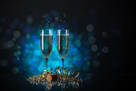 Vetro coppia di champagne con percorso di clipping su sfondo blu