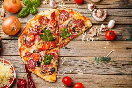 Vista superior de la sabrosa pizza con salchicha Foto de archivo - 23950505
