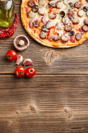 Bovenaanzicht van pizza met ingrediënten