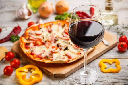 şarap ve pizza ile akşam yemeği