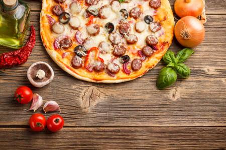 pizza: Bovenaanzicht van pizza met ingrediënten