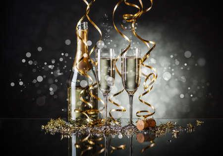 Copos de champanhe e uma garrafa com fundo festivo