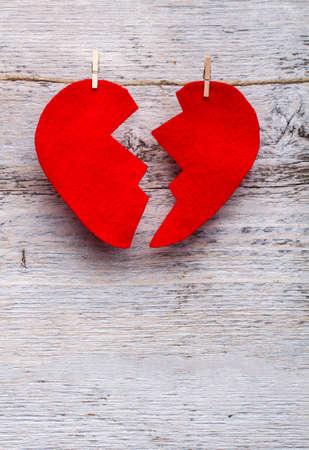 corazon roto: Roto el corazón colgando de una cuerda Foto de archivo