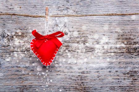 valentijn hart: Valentijn hart opknoping op vintage houten achtergrond Stockfoto