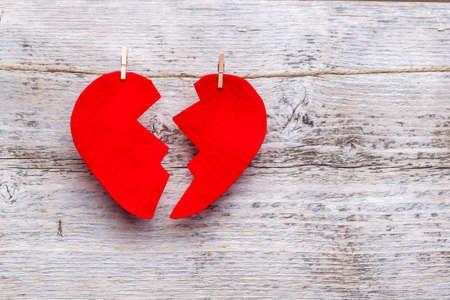Roto el corazón colgando de una cuerda Foto de archivo