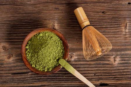 Bambu çırpma teli ile toz yeşil çay matcha Stok Fotoğraf