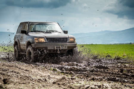 オフロード車が泥をはねかけた