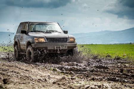 오프로드 차량은 진흙을 치켜 스톡 콘텐츠