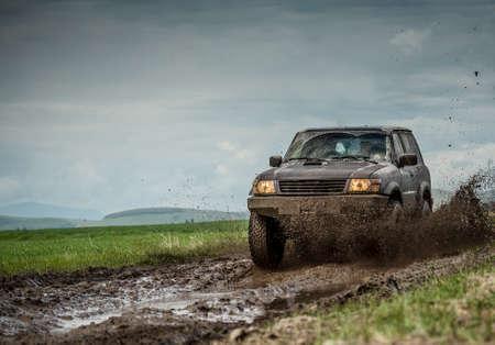 aandrijvingen: Erg modderig jeep na off road rijden