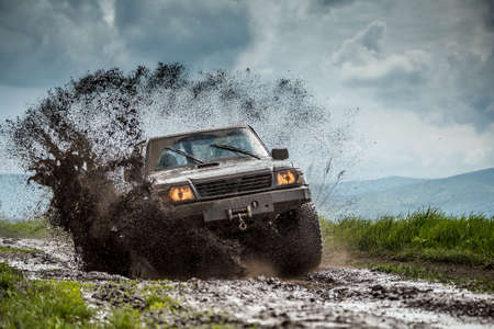 Jeep off-road in modderige omstandigheden Stockfoto