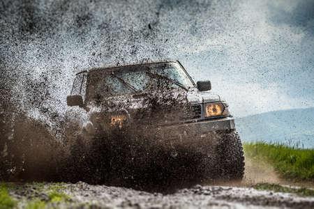 吉普車在泥濘和骯髒飛濺