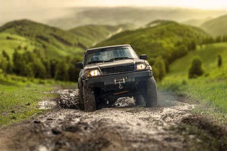 Большой четверки на четыре внедорожного автомобиля пересечения грязный путь