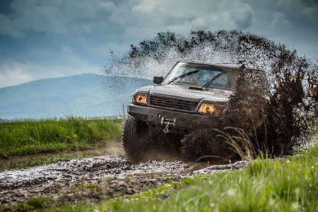 Çamurlu koşullarda jeep off road Stok Fotoğraf