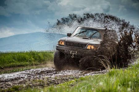 Jeep Offroad in schlammigen Bedingungen Lizenzfreie Bilder