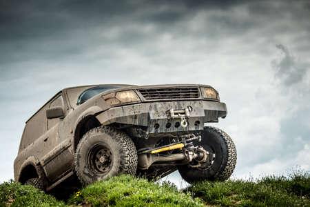 아주 진흙 투성이의 오프로드 자동차