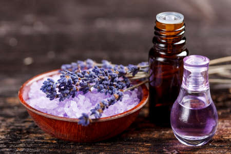 Óleo de lavanda e perfume em um frasco de vidro Imagens