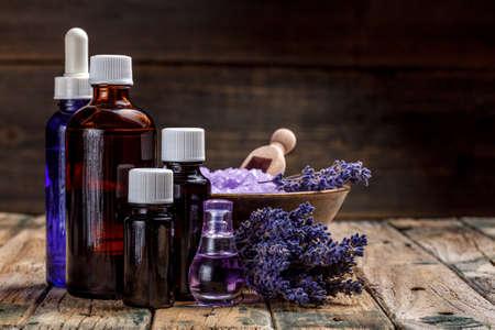Ätherisches Öl und Lavendelblüten Standard-Bild