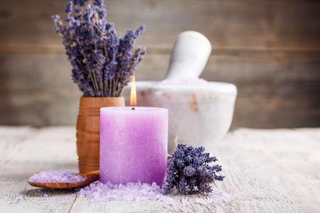 productos de belleza: La naturaleza muerta de flores de lavanda y sal Foto de archivo