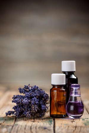 Aromaterapi yağı ve lavanta çiçeği Stok Fotoğraf