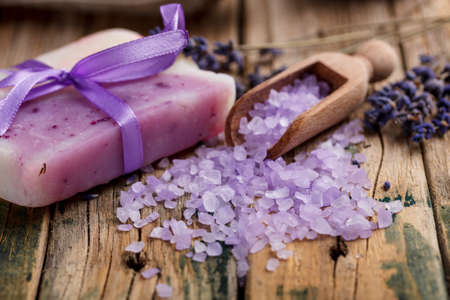Lavender soap and salt on rustic wooden board Stockfoto