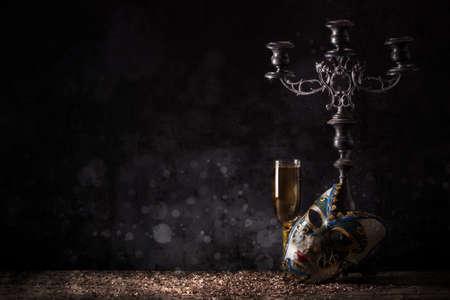 mascara de carnaval: Mujer máscara de carnaval con copa de champán