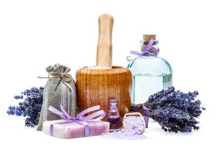 sal: Jab�n hecho a mano con lavanda y sal de mar aislado en blanco