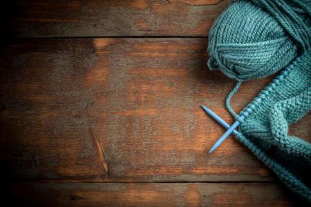 Bleu tricoter la laine et des aiguilles à tricoter