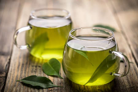 Çay ile Taze yeşil çay yaprakları suda Stok Fotoğraf