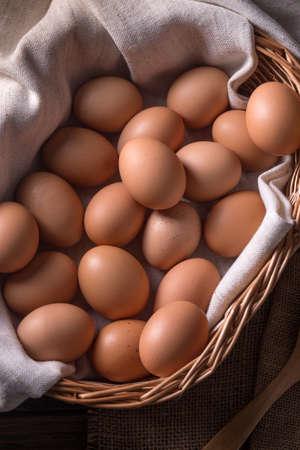 wicker: Huevos orgánicos en cesta de mimbre