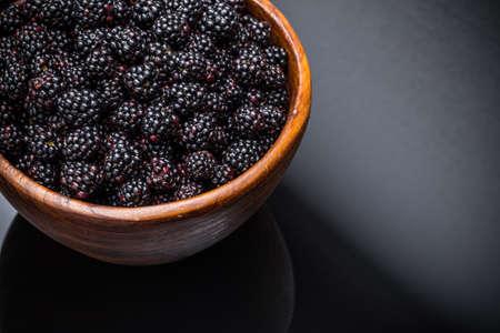 brambleberry: Zarzamoras en un taz�n sobre fondo negro