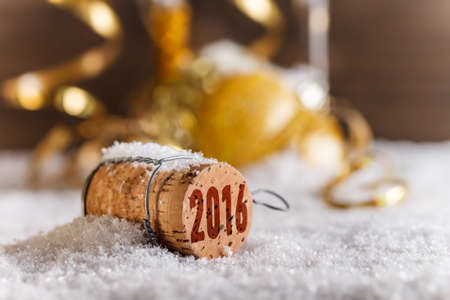 Rolhas de champanhe com 2016 Selo do ano na neve
