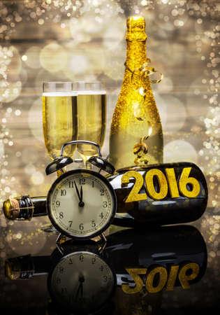 brindisi champagne: 2016 concetto nuovo anno con la data in numeri, orologio e bottiglia di champagne
