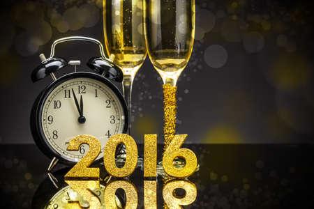 reloj: Tema de la celebraci�n con champ�n y el reloj Foto de archivo