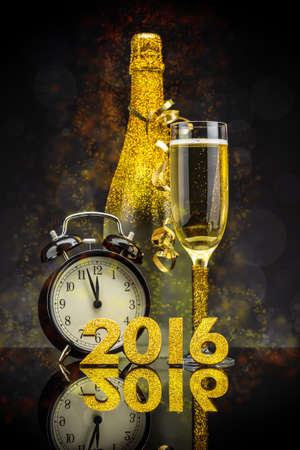 2016 Neues Jahr-Konzept mit dem Datum in Zahlen, einem eleganten Flöte und eine Flasche Champagner
