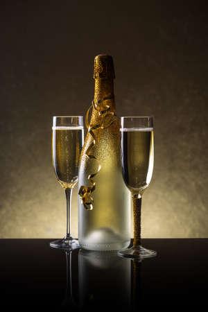 Fles champagne en een glas champagne in vakantie-instelling Stockfoto - 44184433