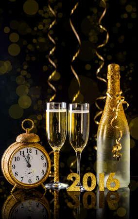 2016年新年的概念有兩個香檳酒杯準備帶 版權商用圖片