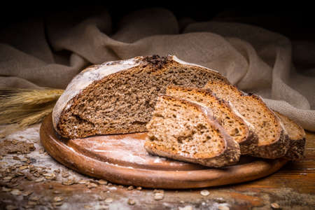 Sliced artisan bread on cutting board Banque d'images