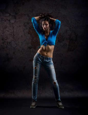danseuse: Studio de tournage de active féminine danseur mobile