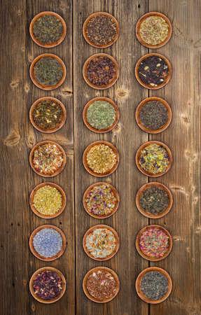 tazza di th�: Assortimento di t� foglie secche in ciotole di legno Archivio Fotografico